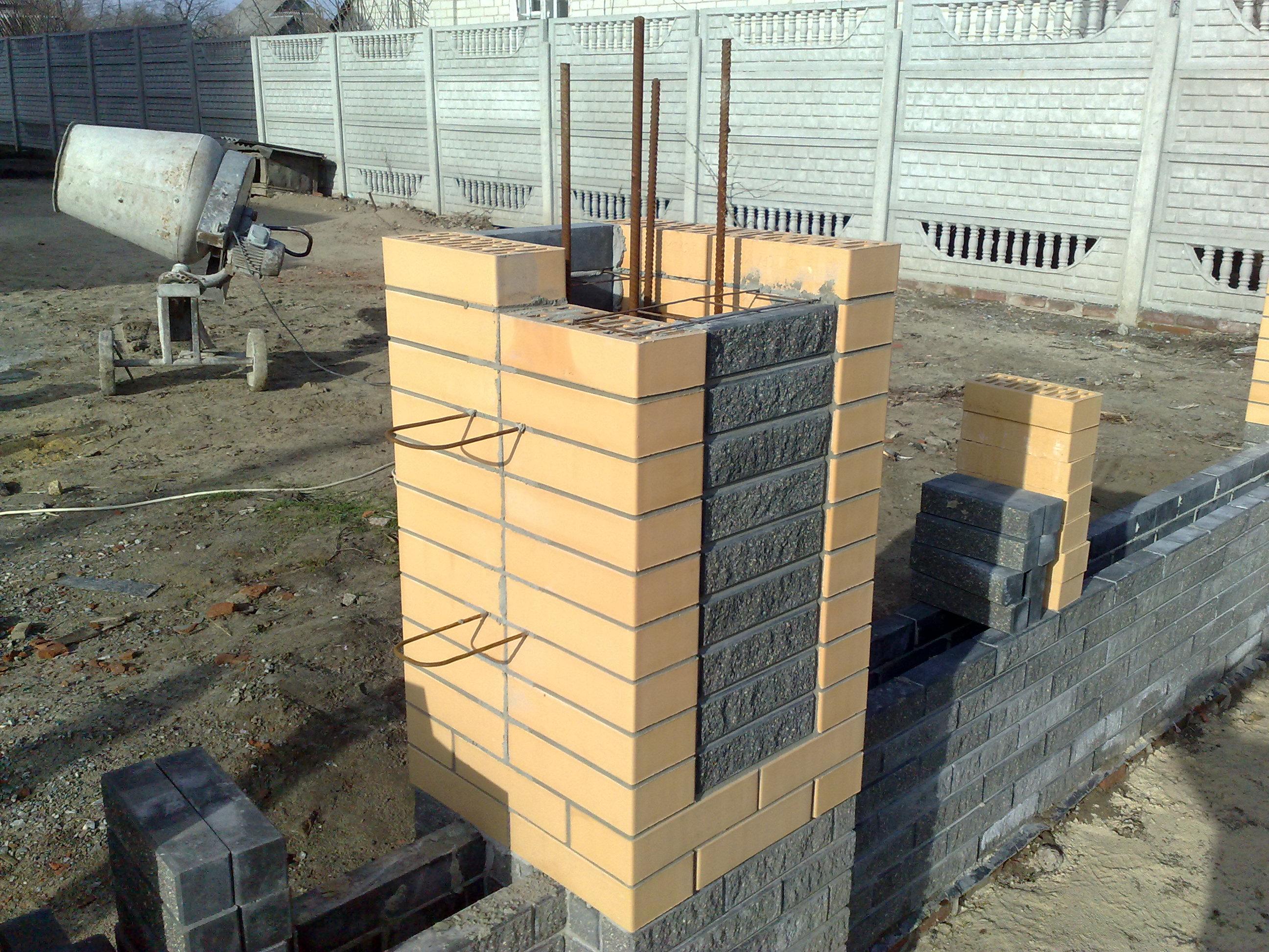 Для того, чтобы колонна была прочной, необходимо подготовить каркас и залить его бетоном. Для каркаса используется арматура.