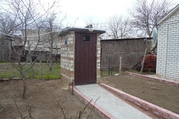 Кирпичный туалет на даче
