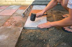 Резиновая киянка и уровень для укладки тротуарной плитки